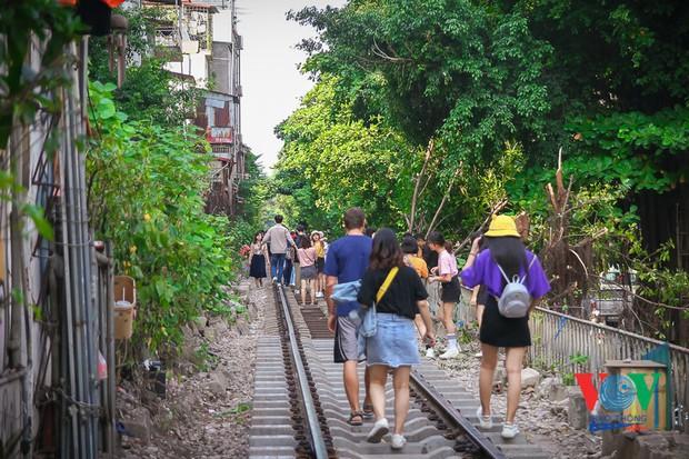 Tàu qua phố cà phê Phùng Hưng phải dừng khẩn cấp vì dân chạy không kịp - Ảnh 8.