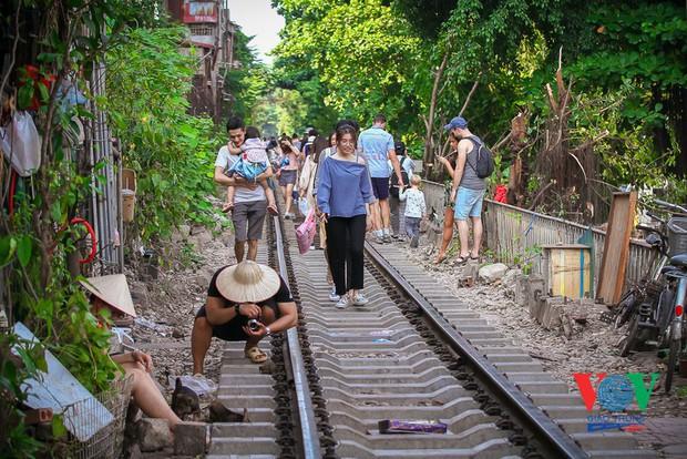 Tàu qua phố cà phê Phùng Hưng phải dừng khẩn cấp vì dân chạy không kịp - Ảnh 9.