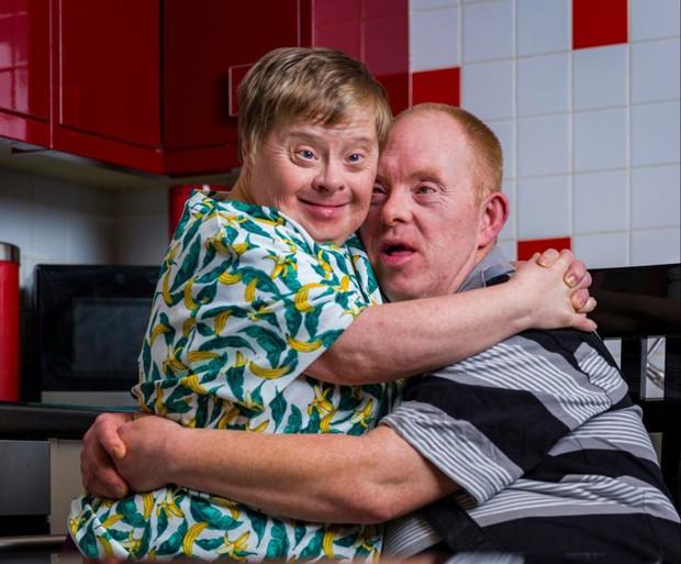 Cặp đôi mắc hội chứng Down kết hôn lâu nhất thế giới: Cuộc tình cảm động vượt qua bao hoài nghi và rào cản để về chung một nhà - Ảnh 1.