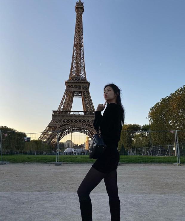 """Chỉ với 1 chai rượu sâm panh """"lấp ló"""" trong ảnh check-in tháp Eiffel, Jennie đã được netizen khen ngợi hiếu thảo với mẹ hết lời - Ảnh 3."""