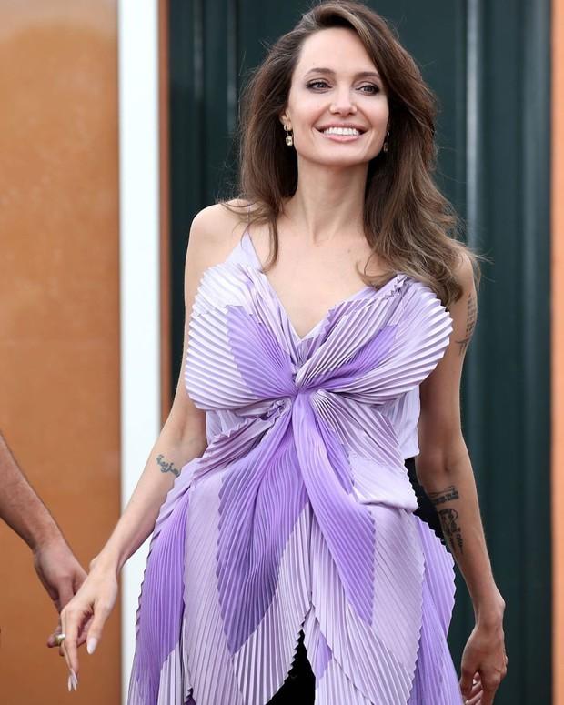Phát sốt vì nhan sắc lột xác của Angelina Jolie gần đây: Cuối cùng nữ hoàng nhan sắc một thời đã trở lại! - Ảnh 17.