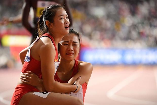 Đội tuyển điền kinh nữ Trung Quốc trình diễn thảm họa tại giải thế giới, tiếp tục trở thành trò cười vì pha chữa cháy có một không hai - Ảnh 3.
