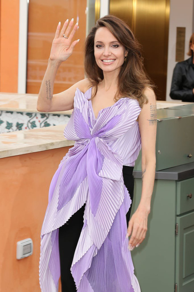 Phát sốt vì nhan sắc lột xác của Angelina Jolie gần đây: Cuối cùng nữ hoàng nhan sắc một thời đã trở lại! - Ảnh 15.