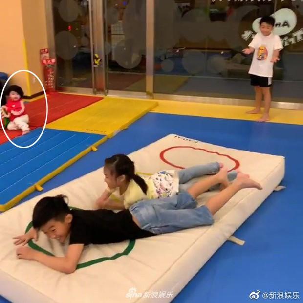 Chỉ 1 giây sơ suất, Trương Bá Chi làm lộ gương mặt quý tử thứ 3 suốt gần 1 năm giấu kín - Ảnh 2.