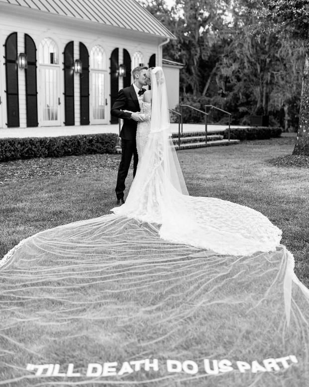 Justin Bieber cuối cùng đã tung ảnh cưới: Hôn nhau đắm đuối, đẹp xuất thần, dòng chữ in trên váy cô dâu gây bão - Ảnh 4.