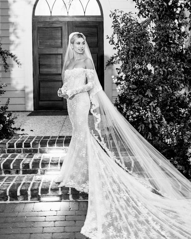 Justin Bieber cuối cùng đã tung ảnh cưới: Hôn nhau đắm đuối, đẹp xuất thần, dòng chữ in trên váy cô dâu gây bão - Ảnh 5.