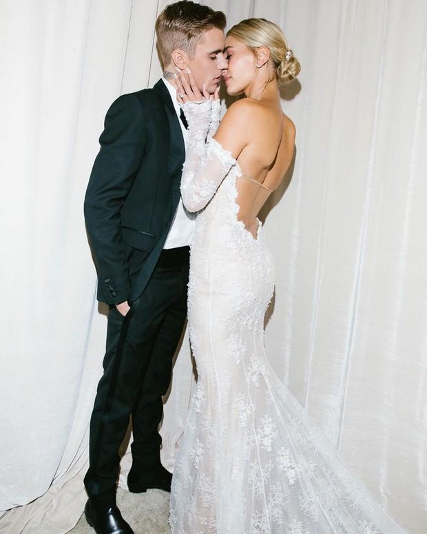 Justin Bieber cuối cùng đã tung ảnh cưới: Hôn nhau đắm đuối, đẹp xuất thần, dòng chữ in trên váy cô dâu gây bão - Ảnh 2.