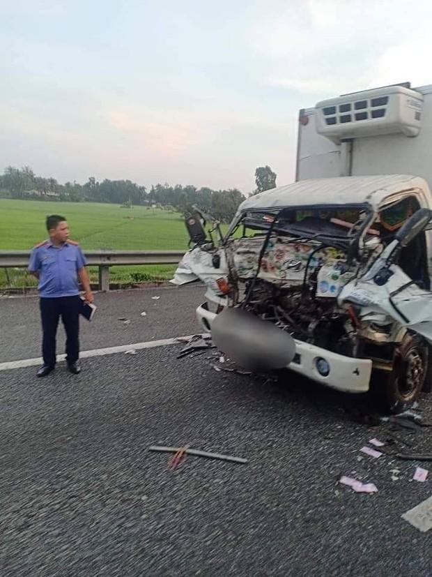 Xe tải vỡ nát khi tông đuôi xe tải khác trên cao tốc, 2 cha con tử vong thương tâm - Ảnh 1.
