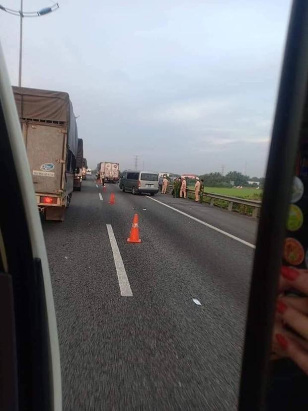 Xe tải vỡ nát khi tông đuôi xe tải khác trên cao tốc, 2 cha con tử vong thương tâm - Ảnh 2.
