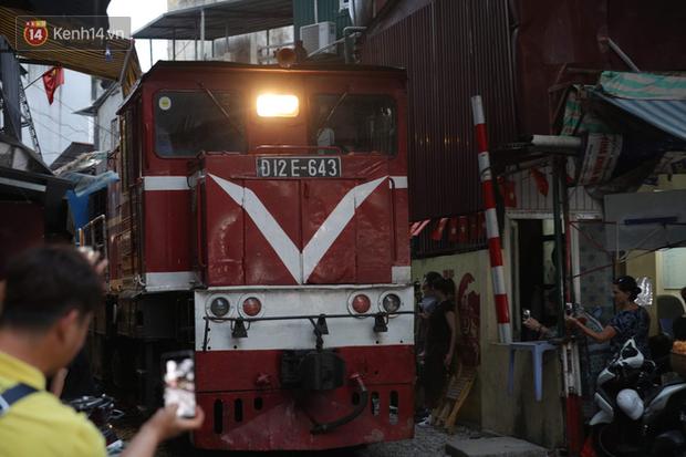 Hà Nội yêu cầu xử lý vi phạm trật tự an toàn giao thông tại phố đường tàu trước ngày 12/10 - Ảnh 1.