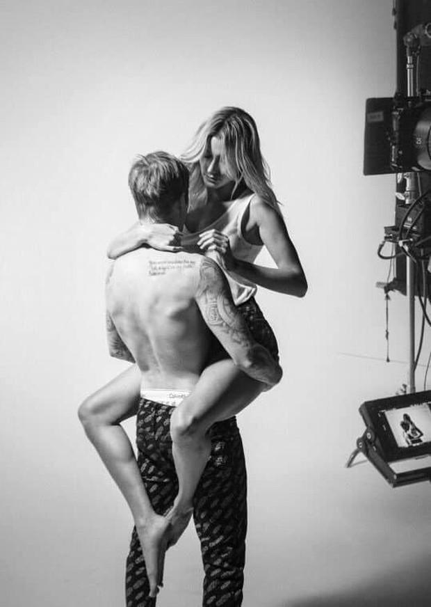 Bộ hình nội y đã sexy, Justin Bieber và vợ vừa lộ hình hậu trường còn nóng hơn vì tư thế nhạy cảm - Ảnh 4.