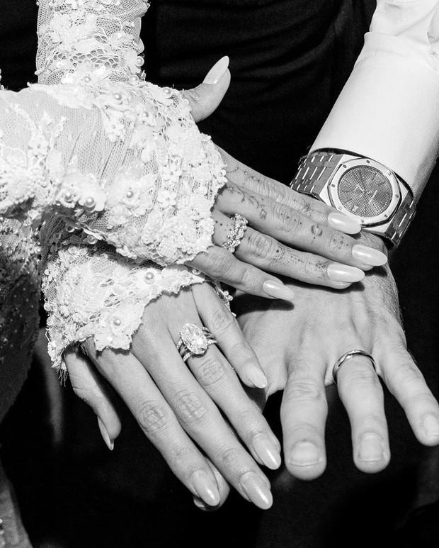 Justin - Hailey tung bộ ảnh cưới hôn nhau đắm đuối đẹp xuất thần nhưng dòng chữ in trên váy cô dâu mới chiếm spotlight - Ảnh 6.
