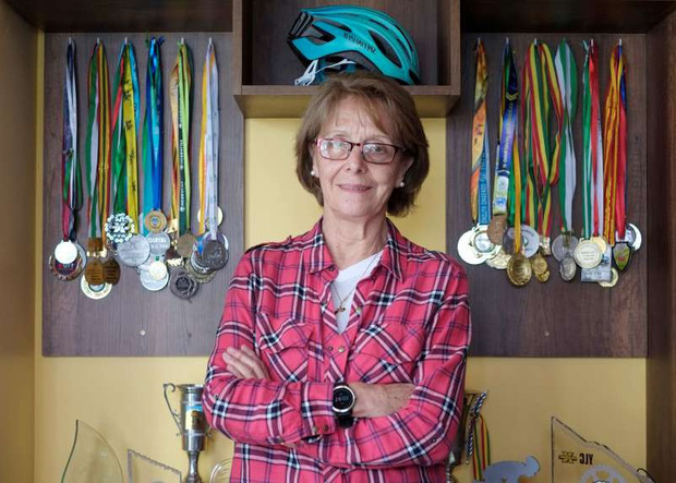 Cụ bà 70 tuổi gây sốt khi chinh phục đường đua nguy hiểm nhất thế giới cùng dàn hậu bối trẻ trung - Ảnh 6.