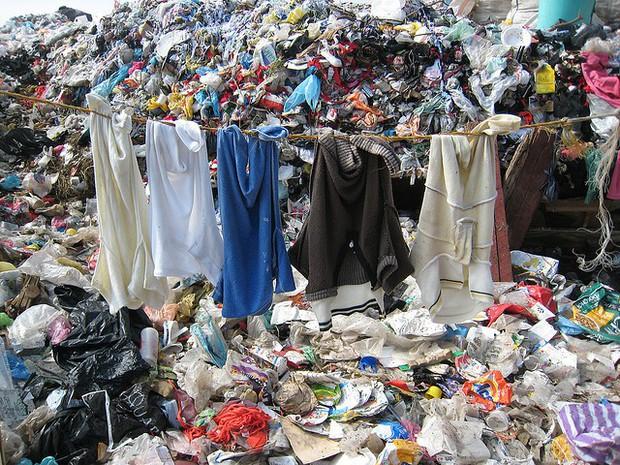 Góc khuất của ngành công nghiệp thời trang nhanh: Đẹp-tiện-rẻ nhưng là cú lừa khủng khiếp cho môi trường - Ảnh 3.