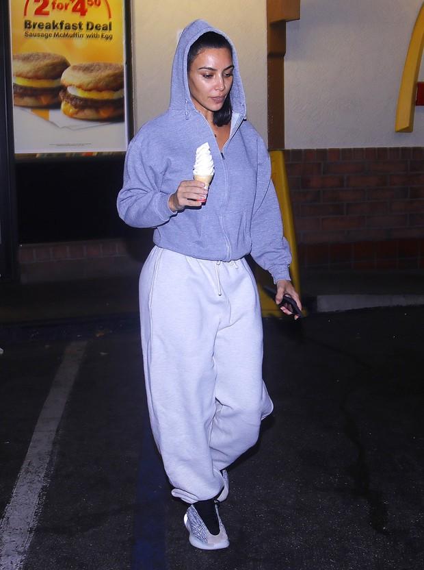 Hãy gọi thánh phông bạt Kim Kardashian là thánh mặt mộc Hollywood: Đường nét như tạc lấn át cả vẩy nến loang lổ - Ảnh 1.