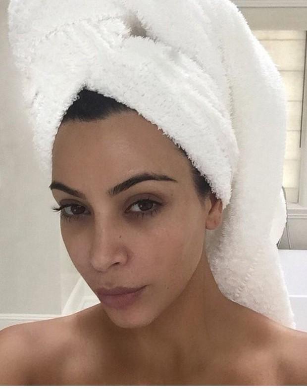 Hãy gọi thánh phông bạt Kim Kardashian là thánh mặt mộc Hollywood: Đường nét như tạc lấn át cả vẩy nến loang lổ - Ảnh 6.