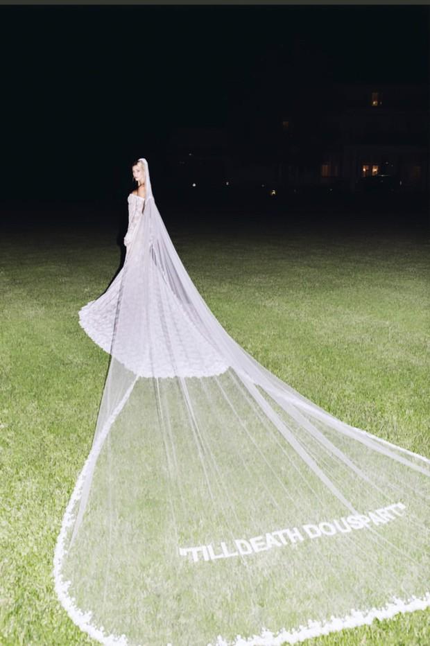 Justin - Hailey tung bộ ảnh cưới hôn nhau đắm đuối đẹp xuất thần nhưng dòng chữ in trên váy cô dâu mới chiếm spotlight - Ảnh 3.
