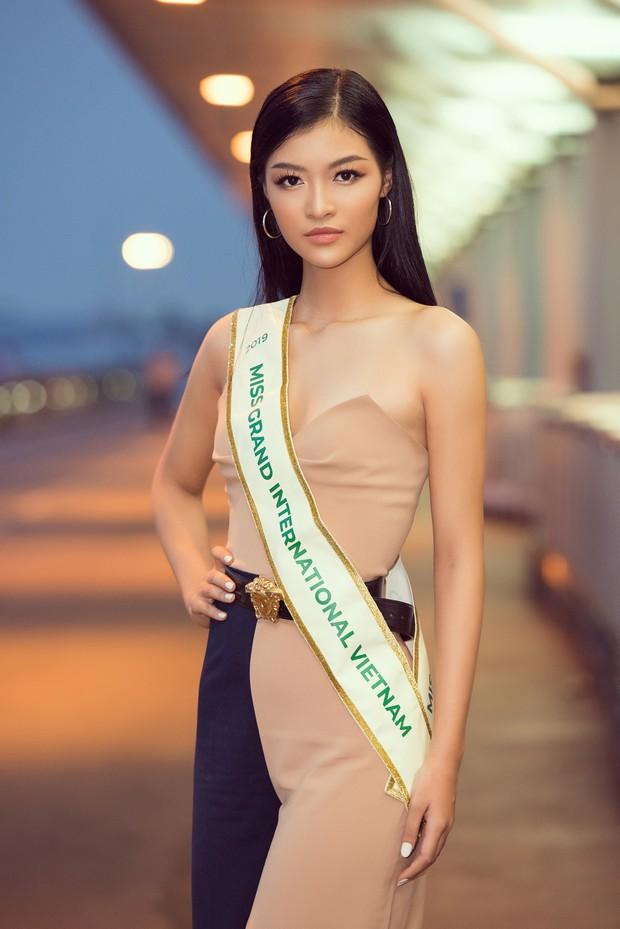 Vừa lên đường đến Venezuela thi Hoa hậu Hoà bình với 150 kg hành lý, Kiều Loan đã được gọi tên vào Top thí sinh nổi bật! - Ảnh 1.