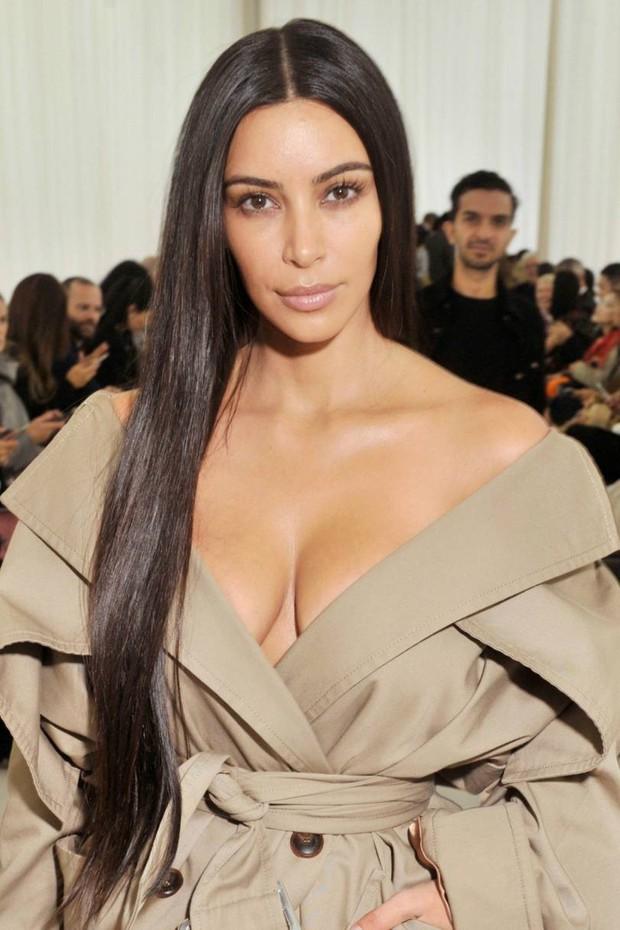 Hãy gọi thánh phông bạt Kim Kardashian là thánh mặt mộc Hollywood: Đường nét như tạc lấn át cả vẩy nến loang lổ - Ảnh 3.