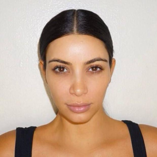 Hãy gọi thánh phông bạt Kim Kardashian là thánh mặt mộc Hollywood: Đường nét như tạc lấn át cả vẩy nến loang lổ - Ảnh 7.