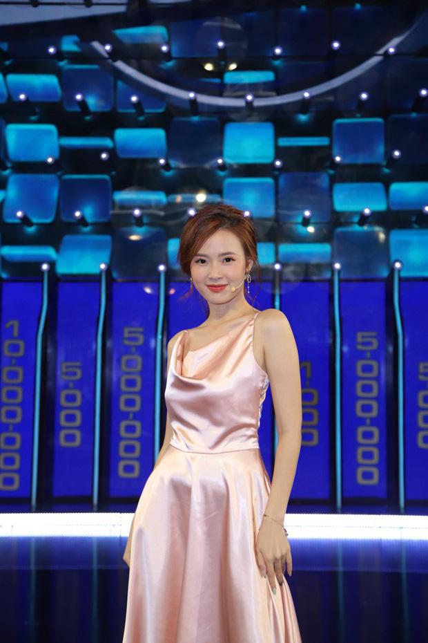 Vướng ngay vết xe đổ của Park Min Young, Midu bị mất điểm duyên dáng với váy lụa mỏng manh ngay trên sân khấu - Ảnh 1.