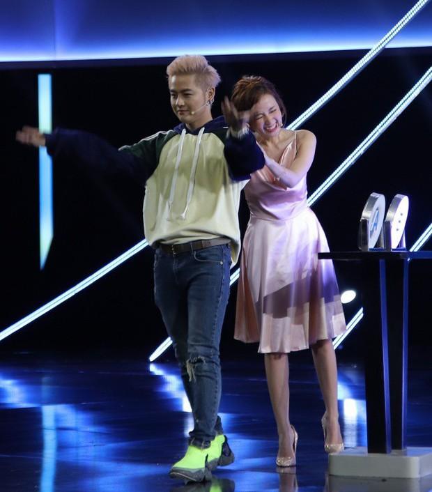 Vướng ngay vết xe đổ của Park Min Young, Midu bị mất điểm duyên dáng với váy lụa mỏng manh ngay trên sân khấu - Ảnh 2.