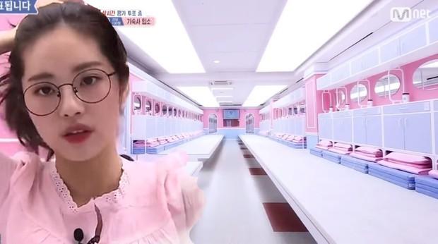 Thêm trò bịp của Mnet: Thí sinh thi show thực tế chỉ được giả vờ ngủ ở ký túc xá màu hồng - Ảnh 1.