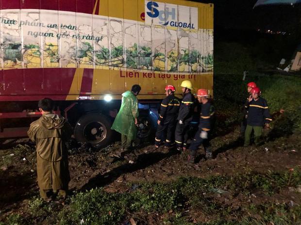 Sau tai nạn, cả tài xế và xe máy bị cuộn trong gầm container - Ảnh 1.