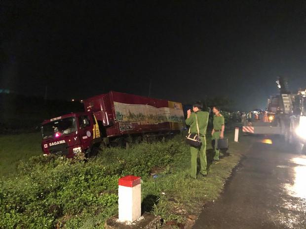 Sau tai nạn, cả tài xế và xe máy bị cuộn trong gầm container - Ảnh 2.