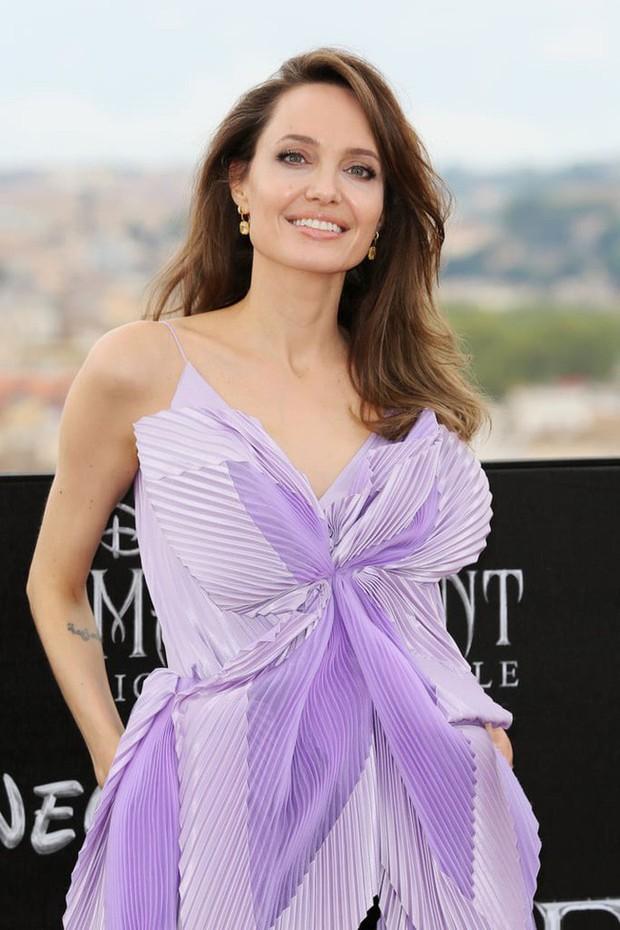"""Angelina Jolie lại chiếm spotlight với diện mạo như nữ thần Hy Lạp khi thay liền 2 bộ đồ từ """"khó cảm"""" đến gợi cảm - Ảnh 1."""