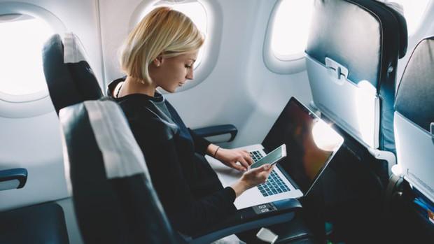 Vì sao máy bay luôn ghét khách dùng điện thoại, laptop nhưng vẫn cấp Wi-Fi thoải mái? - Ảnh 2.