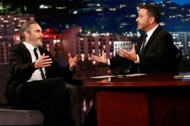Đến Joaquin Phoenix cũng dính cảnh JOKER vận vào đời: Bị MC đình đám móc mỉa ngay talkshow, công chúng đồng loạt phẫn nộ - Ảnh 2.