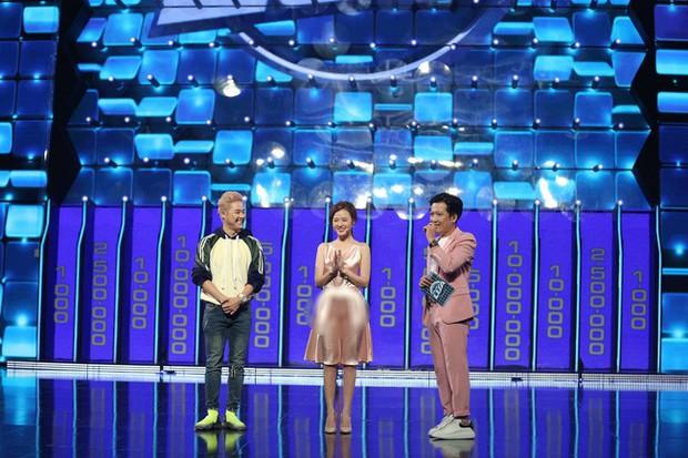 Vướng ngay vết xe đổ của Park Min Young, Midu bị mất điểm duyên dáng với váy lụa mỏng manh ngay trên sân khấu - Ảnh 3.