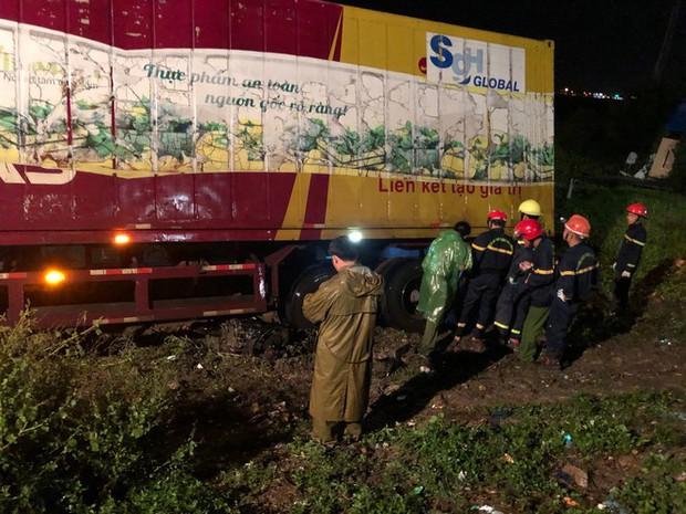 Sau tai nạn, cả tài xế và xe máy bị cuộn trong gầm container - Ảnh 3.