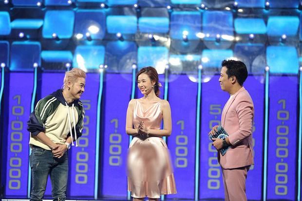 Vướng ngay vết xe đổ của Park Min Young, Midu bị mất điểm duyên dáng với váy lụa mỏng manh ngay trên sân khấu - Ảnh 4.