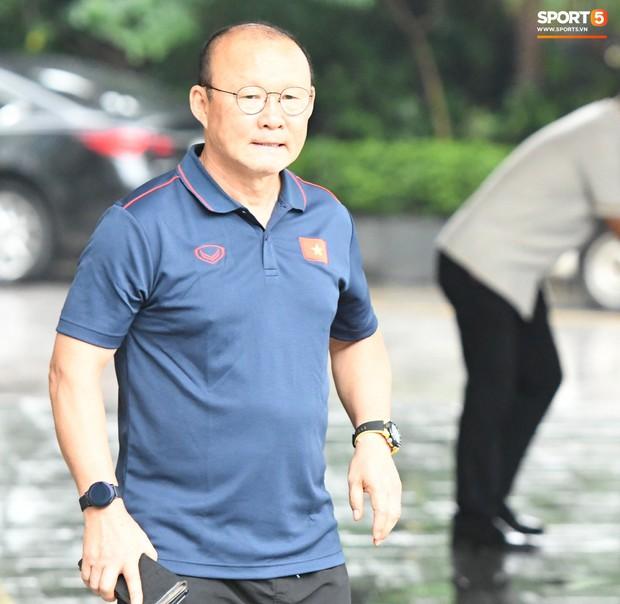 Văn Hậu được yêu cầu tham gia buổi họp ngay sau khi về tới nơi hội quân của ĐT Việt Nam - Ảnh 6.