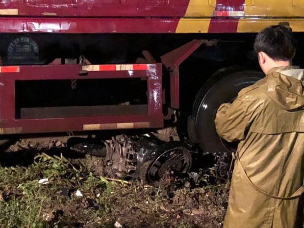Sau tai nạn, cả tài xế và xe máy bị cuộn trong gầm container - Ảnh 4.