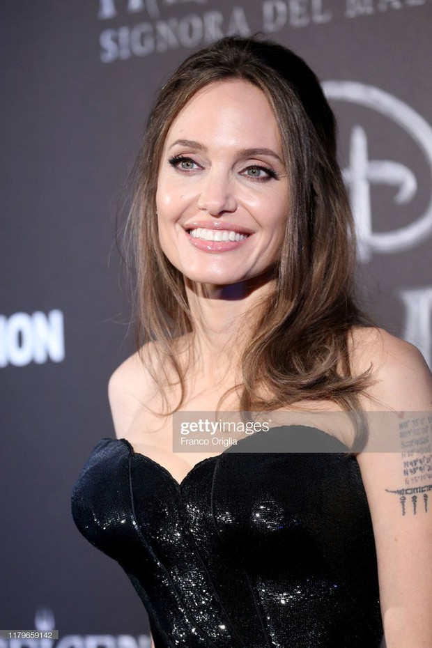 """Angelina Jolie lại chiếm spotlight với diện mạo như nữ thần Hy Lạp khi thay liền 2 bộ đồ từ """"khó cảm"""" đến gợi cảm - Ảnh 5."""