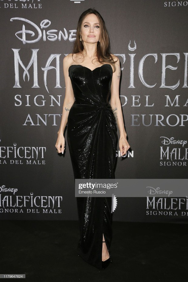 """Angelina Jolie lại chiếm spotlight với diện mạo như nữ thần Hy Lạp khi thay liền 2 bộ đồ từ """"khó cảm"""" đến gợi cảm - Ảnh 6."""