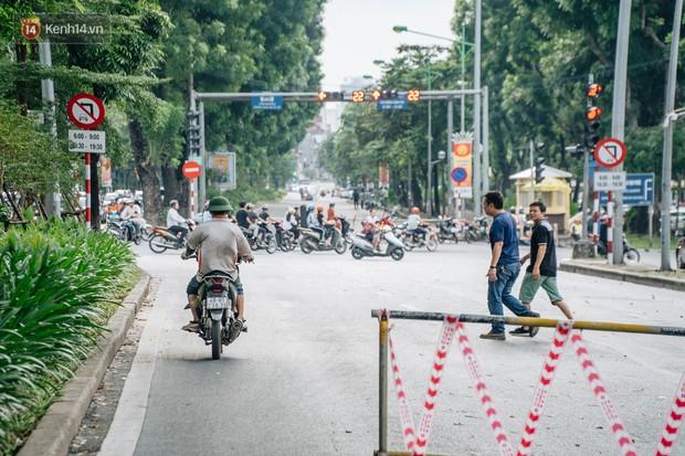 Ảnh, clip: Rào chắn nửa đường Kim Mã để thi công metro Nhổn - ga Hà Nội, giao thông hỗn loạn - Ảnh 5.