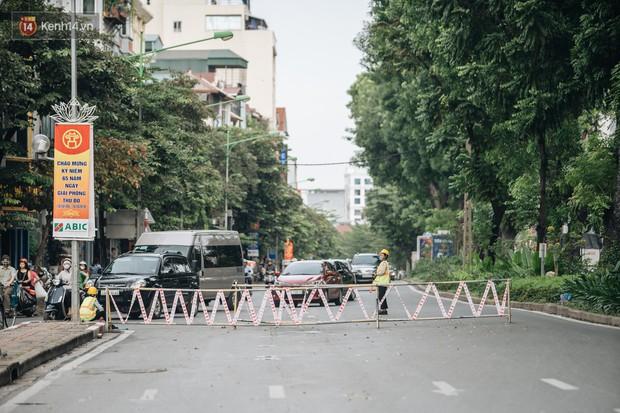 Ảnh, clip: Rào chắn nửa đường Kim Mã để thi công metro Nhổn - ga Hà Nội, giao thông hỗn loạn - Ảnh 2.