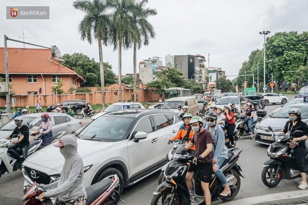 Ảnh, clip: Rào chắn nửa đường Kim Mã để thi công metro Nhổn - ga Hà Nội, giao thông hỗn loạn - Ảnh 4.
