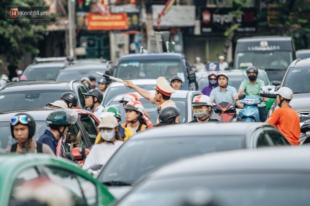Ảnh, clip: Rào chắn nửa đường Kim Mã để thi công metro Nhổn - ga Hà Nội, giao thông hỗn loạn - Ảnh 8.