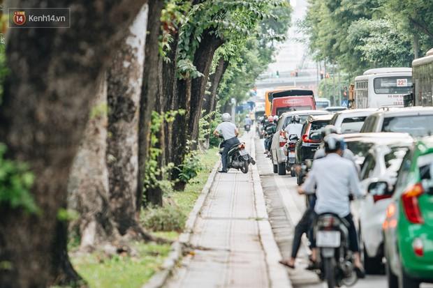 Ảnh, clip: Rào chắn nửa đường Kim Mã để thi công metro Nhổn - ga Hà Nội, giao thông hỗn loạn - Ảnh 7.