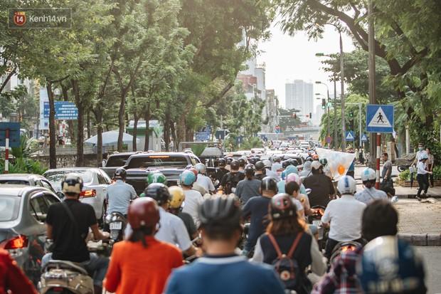Ảnh, clip: Rào chắn nửa đường Kim Mã để thi công metro Nhổn - ga Hà Nội, giao thông hỗn loạn - Ảnh 9.