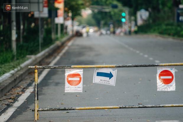 Ảnh, clip: Rào chắn nửa đường Kim Mã để thi công metro Nhổn - ga Hà Nội, giao thông hỗn loạn - Ảnh 3.