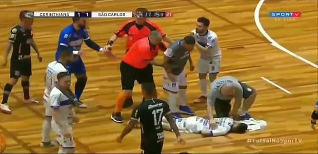 Rợn người trước pha đạp bóng xấu xí nhất thế kỷ khiến cầu thủ đối phương đổ gục bất tỉnh, phải chuyển gấp tới bệnh viện - Ảnh 3.