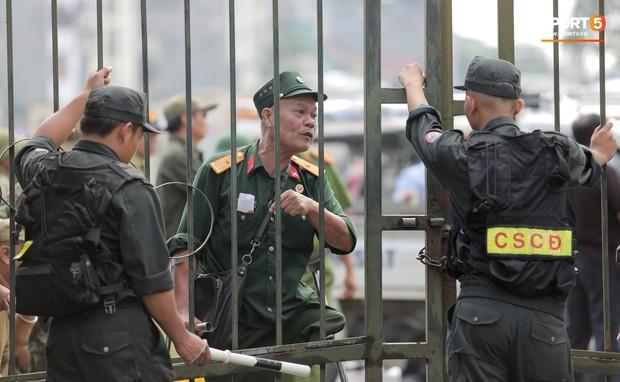 Đối tượng lạ chỉ mặt cảnh sát cơ động đòi vào VFF mua vé xem trận Việt Nam - Malaysia - Ảnh 4.