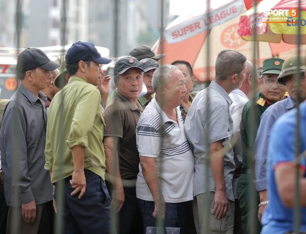 Đối tượng lạ chỉ mặt cảnh sát cơ động đòi vào VFF mua vé xem trận Việt Nam - Malaysia - Ảnh 11.