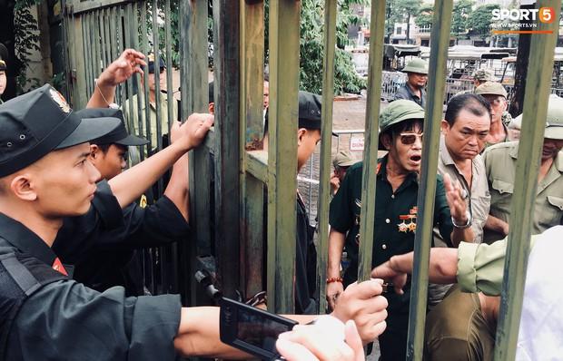 Đối tượng lạ chỉ mặt cảnh sát cơ động đòi vào VFF mua vé xem trận Việt Nam - Malaysia - Ảnh 5.